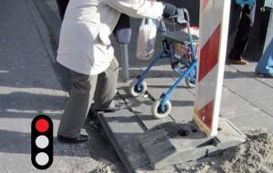 Door de werkzaamheden was de verlaagde stoep niet meer bereikbaar. Alleen met hulp kon deze mevrouw het trottoir op.