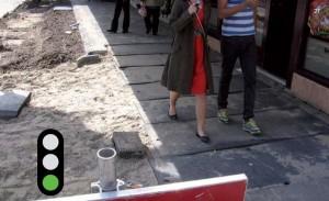 Goed rekening gehouden met het gebruik van de straat. Gebruik in drukke gebieden (winkelstraat etc.) altijd brede loopschotten. Goed aangesloten op bestaande verharding